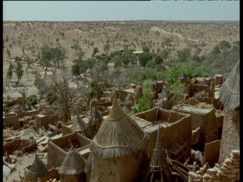 dogon village next to savannah, mali - tetto di paglia video stock e b–roll