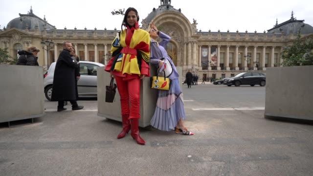 vidéos et rushes de slomo doina ciobanu at street style paris fashion week womenswear fall/winter 2019/2020 on march 5 2019 in paris france - ming