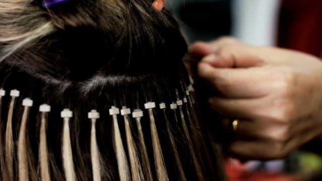vidéos et rushes de faire des extensions - cheveux longs