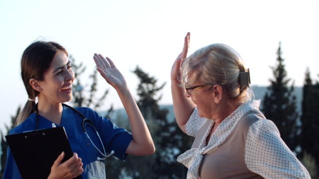 ihr bestes tun, um sich gut um ihre patienten zu kümmern - krankenpflegepersonal stock-videos und b-roll-filmmaterial