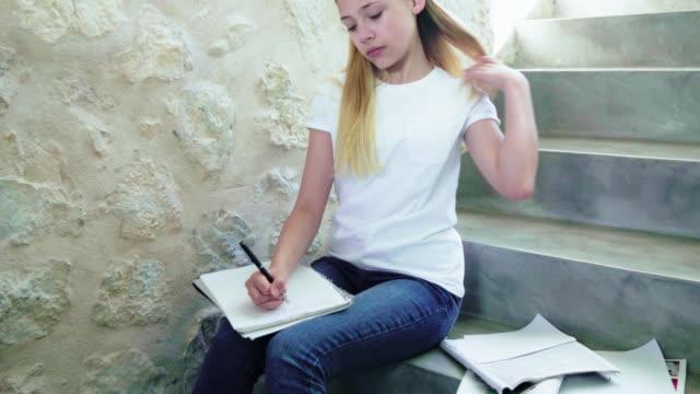 doing homework - 12 13 år bildbanksvideor och videomaterial från bakom kulisserna