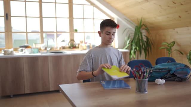 vídeos de stock, filmes e b-roll de fazendo lição de casa - mochila bolsa