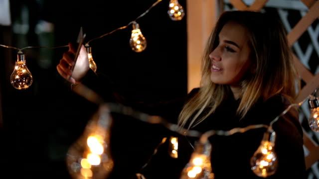 selfies unter die lichter zu tun - led leuchtmittel stock-videos und b-roll-filmmaterial