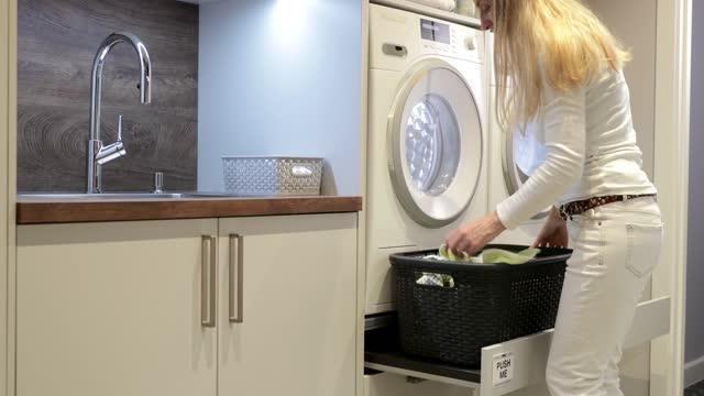 vidéos et rushes de faire le ménage - un jour comme les autres images en série