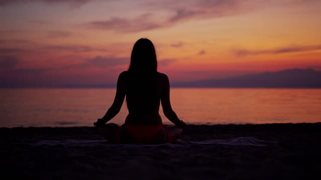 yoga am strand - lotussitz stock-videos und b-roll-filmmaterial
