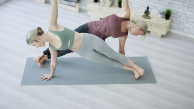 vídeos de stock, filmes e b-roll de fazendo ioga juntos - boa postura