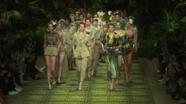 dolce & gabbana - mfw september 2019 on september 22, 2019 in milan, italy. - fashion show点の映像素材/bロール