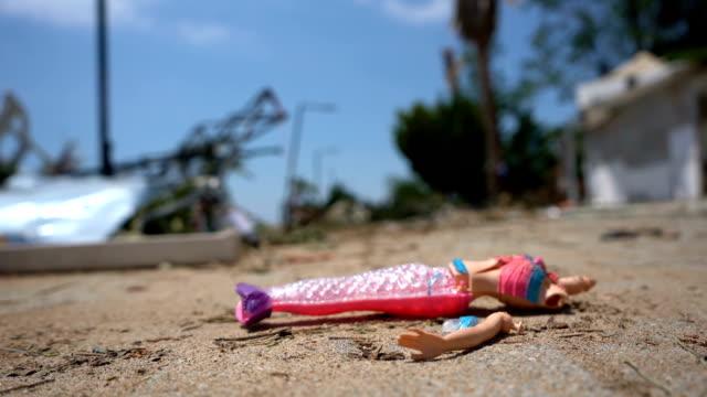 stockvideo's en b-roll-footage met pop gebroken na tsunami - speelgoed