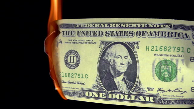 vídeos de stock, filmes e b-roll de 1 us dollar banknote burning against black background, real time - nota