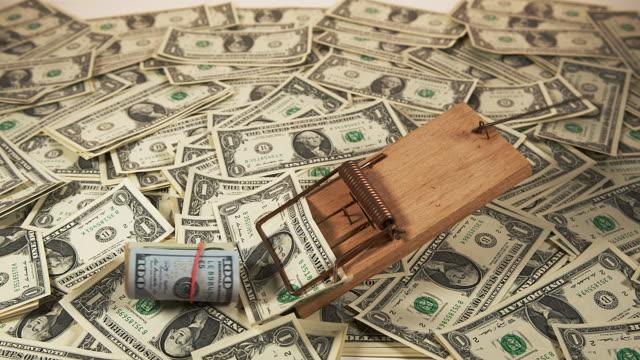 vidéos et rushes de us dollar banknotes on a mousetrap, slow motion 4k - risque