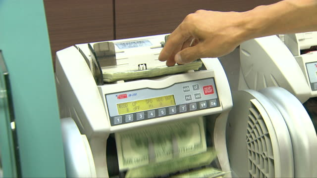 dollar bills in a currency-counting machine - dollartecken bildbanksvideor och videomaterial från bakom kulisserna
