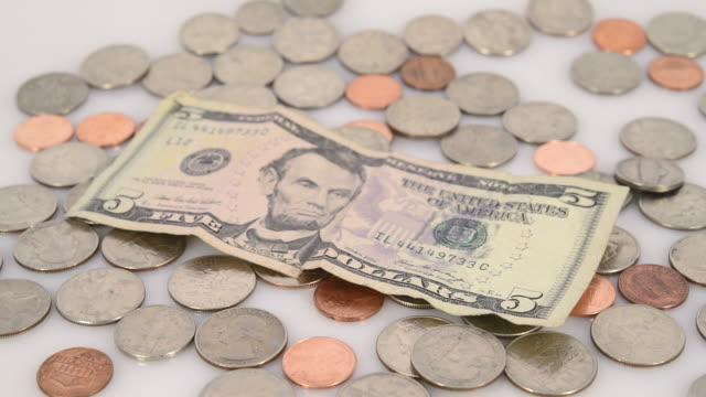 vídeos y material grabado en eventos de stock de us dollar coins and bills - billete de cinco dólares estadounidense