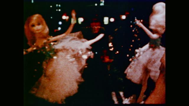 dolls in store windows at chrismastime - 1968 stock-videos und b-roll-filmmaterial