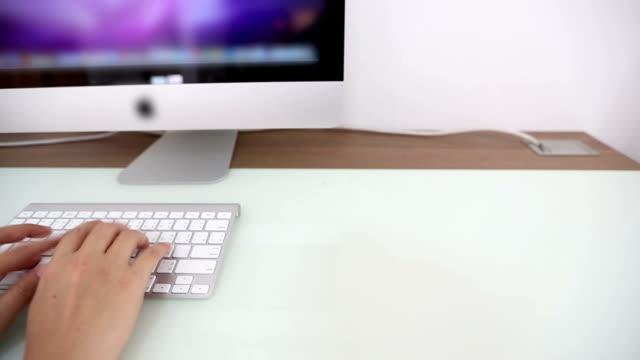 ドリー: 実業家の手をすぐにコンピューター desptop の操作 - 操作する点の映像素材/bロール