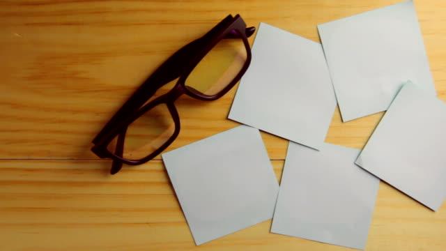 vídeos de stock e filmes b-roll de carrinho de câmara filmagem : papel em branco - capa de livro