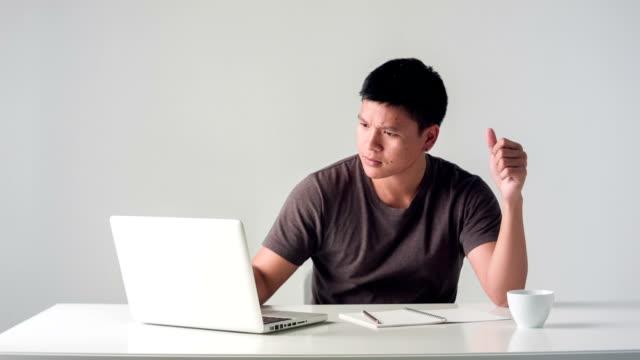 hd dolly: legärer mann im schwarzen t-shirt mit laptop-computer - schwarzes hemd stock-videos und b-roll-filmmaterial