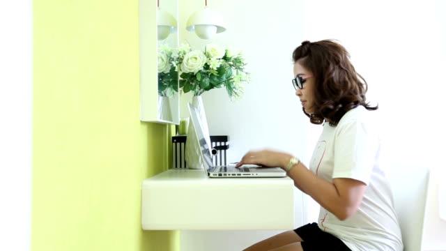Dolly: Estudiante universitario estudiando con una computadora portátil en su hogar