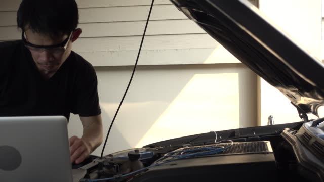 4 k ドリー  : コンピュータチェックとチューニング車のエンジン - 日曜大工点の映像素材/bロール