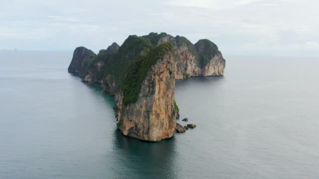 dolly drone shot of phi phi le, phi phi islands, thailand - phi phi islands stock videos & royalty-free footage