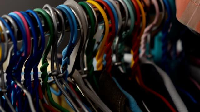 stockvideo's en b-roll-footage met dolly : hanger side view - kledingrek