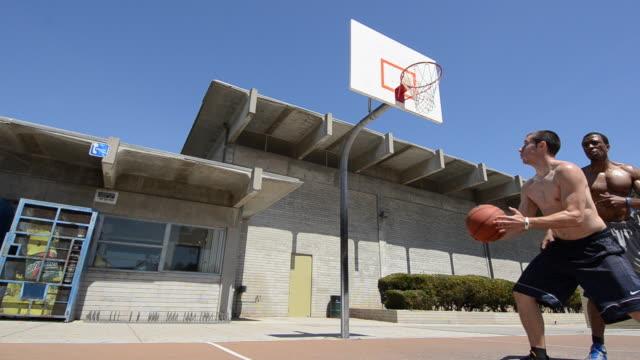 vídeos y material grabado en eventos de stock de ds la ts ws dolly in on a male basketball player dunking the basketball. - mojar
