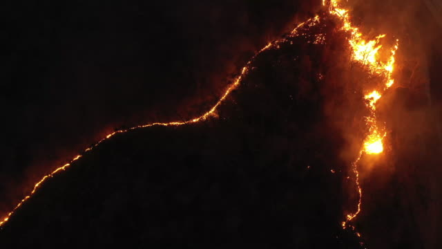 vídeos de stock e filmes b-roll de dolly left of wildfire in night time aerial view - incêndio