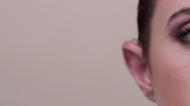 vídeos de stock, filmes e b-roll de ecu dolly lr close up on womans eyes as she blinks - part of