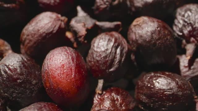 vídeos de stock e filmes b-roll de dolly macro shot  - dry coffee cherries. - coffee drink