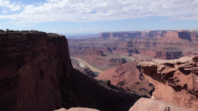 dolly motion overlooking the green river from dead horse point near moab utah. - キャニオンランズ国立公園点の映像素材/bロール