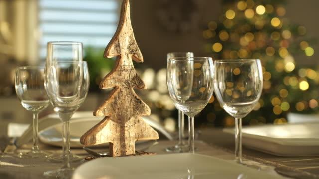 dolly move table for christmas dinner - 片付いた部屋点の映像素材/bロール