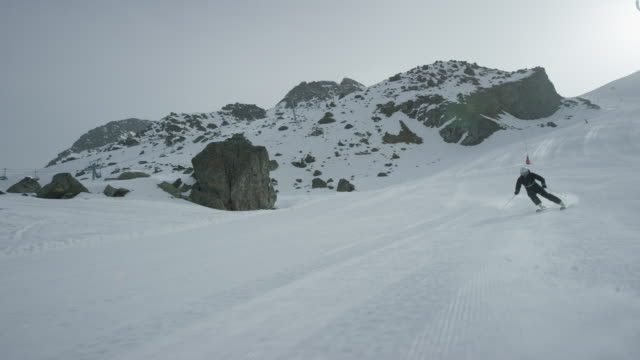 vidéos et rushes de dolly of lone skier skiing downhill with the camera in front. - ski