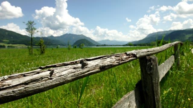 Dolly: oude houten leuning op pad rond Wolfgangsee, Oostenrijk