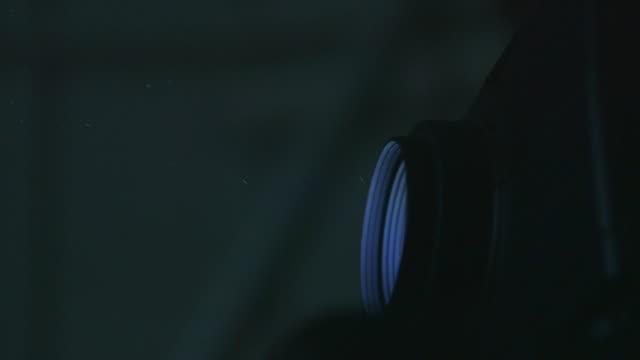stockvideo's en b-roll-footage met dolly over side of projector - diavoorstelling
