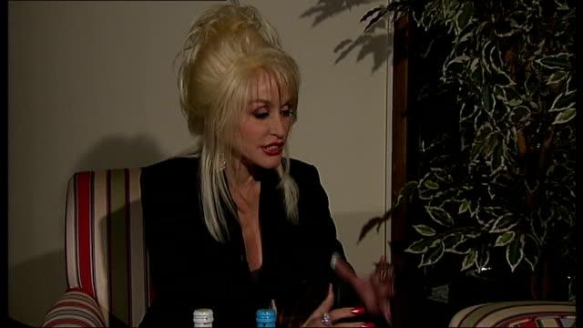 vídeos y material grabado en eventos de stock de dolly parton brings her literacy scheme to the uk dolly parton interview sot discusses her love of reading and stories - ortografia