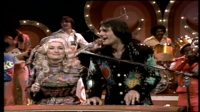 dolly parton, wearing a matching bandanna and jumpsuit, joins k.c. and the sunshine band on stage / k.c. and dolly exchange banter / kc and the... - cut video transition stock videos & royalty-free footage