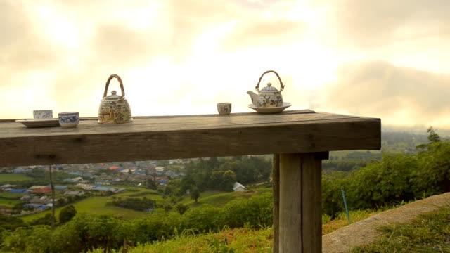 dolly: zeit zum entspannen mit chinesischen tee am morgen. - variable schärfentiefe stock-videos und b-roll-filmmaterial