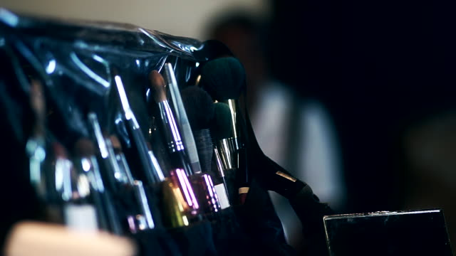 vidéos et rushes de cu dolly droite caméra de brosses de maquillage professionnel set et outils. - pinceau à blush