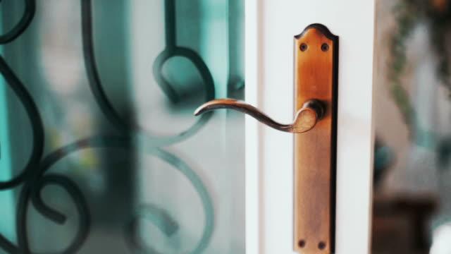 vídeos y material grabado en eventos de stock de cu dolly derecha: cerradura de la manija exterior con reflejos de vidrio de fondo borroso de hierro forjado. - puerta estructura creada por el hombre