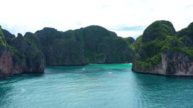 dolly right of phi phi le, phi phi islands, thailand - phi phi le stock videos & royalty-free footage