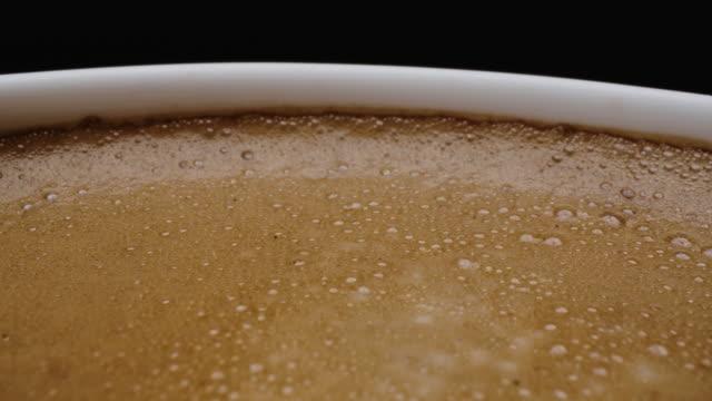 dolly rotate nahaufnahme von kaffeeschaum. - cup stock-videos und b-roll-filmmaterial