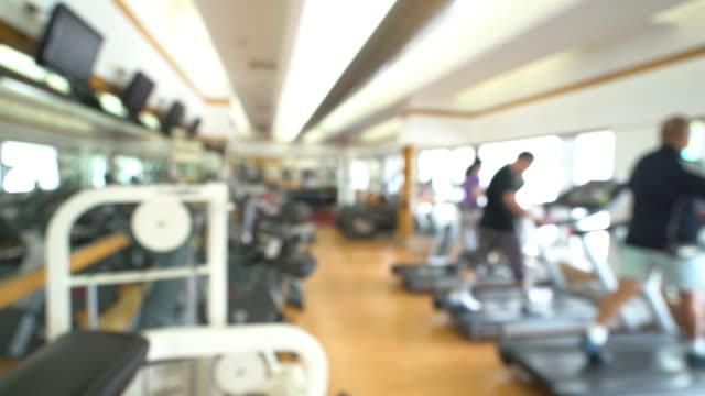 dolly-shot: abstrakt hintergrund unscharf: fitness-center fitnessclub - trainingsraum wohnraum stock-videos und b-roll-filmmaterial