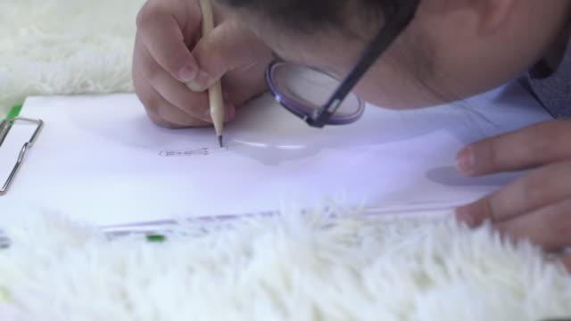 ドリーショット自閉症の女の子は何かを描く - 自閉症点の映像素材/bロール