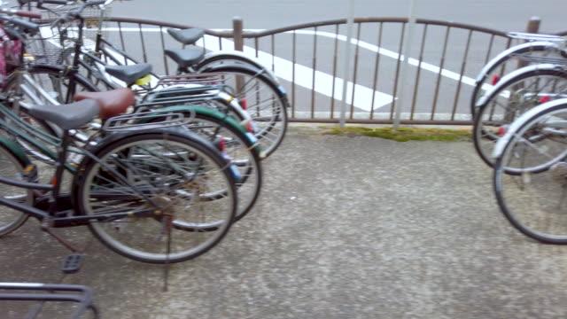 vídeos y material grabado en eventos de stock de 4k dolly disparó estacionamiento de bicicletas en japón. - inmóvil