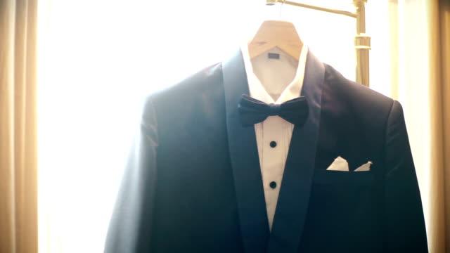 vídeos y material grabado en eventos de stock de ms dolly shot: traje negro colgado en una lámpara de pie delante de la ventana. - camisa