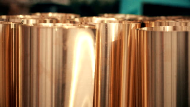 Dolly skott mässingsplåt rullade in en rulle för metallbearbetning leveranser.