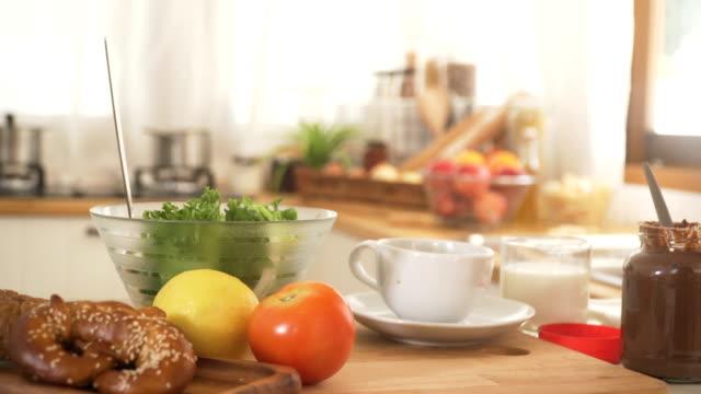 vídeos y material grabado en eventos de stock de carro de tiro: desayuno en la cocina moderna con manta de fruta - dolly shot