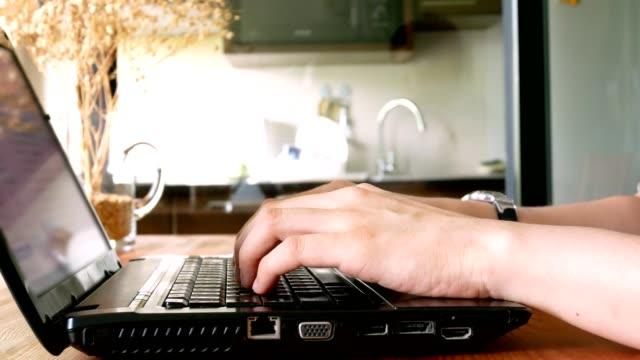 vídeos de stock, filmes e b-roll de dolly tiro: mão de homem de negócios digitando no teclado do computador portátil - usando computador