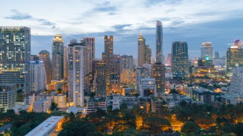 dolly skott central business district thailand, dag till natt time-lapse, bangkok landmärke - bangkok bildbanksvideor och videomaterial från bakom kulisserna