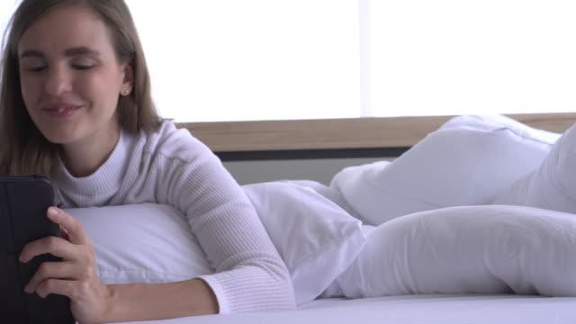 vídeos de stock, filmes e b-roll de dolly tiro close-up mulher com sorriso usar tablet - trabalhadora de colarinho branco