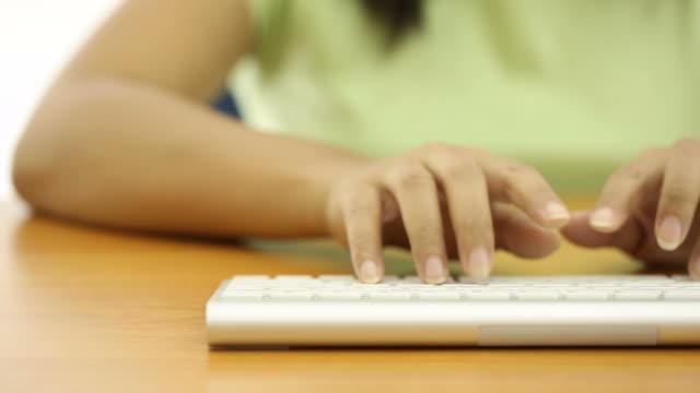 vídeos de stock e filmes b-roll de plano charriot: aluno de universidade escrita, plano aproximado do teclado - telefone sem fio